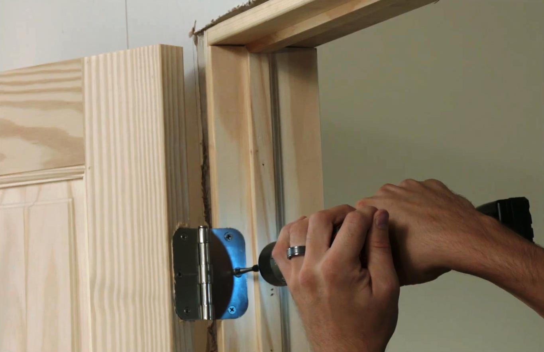 Как правильно установить входную деревянную дверь своими руками